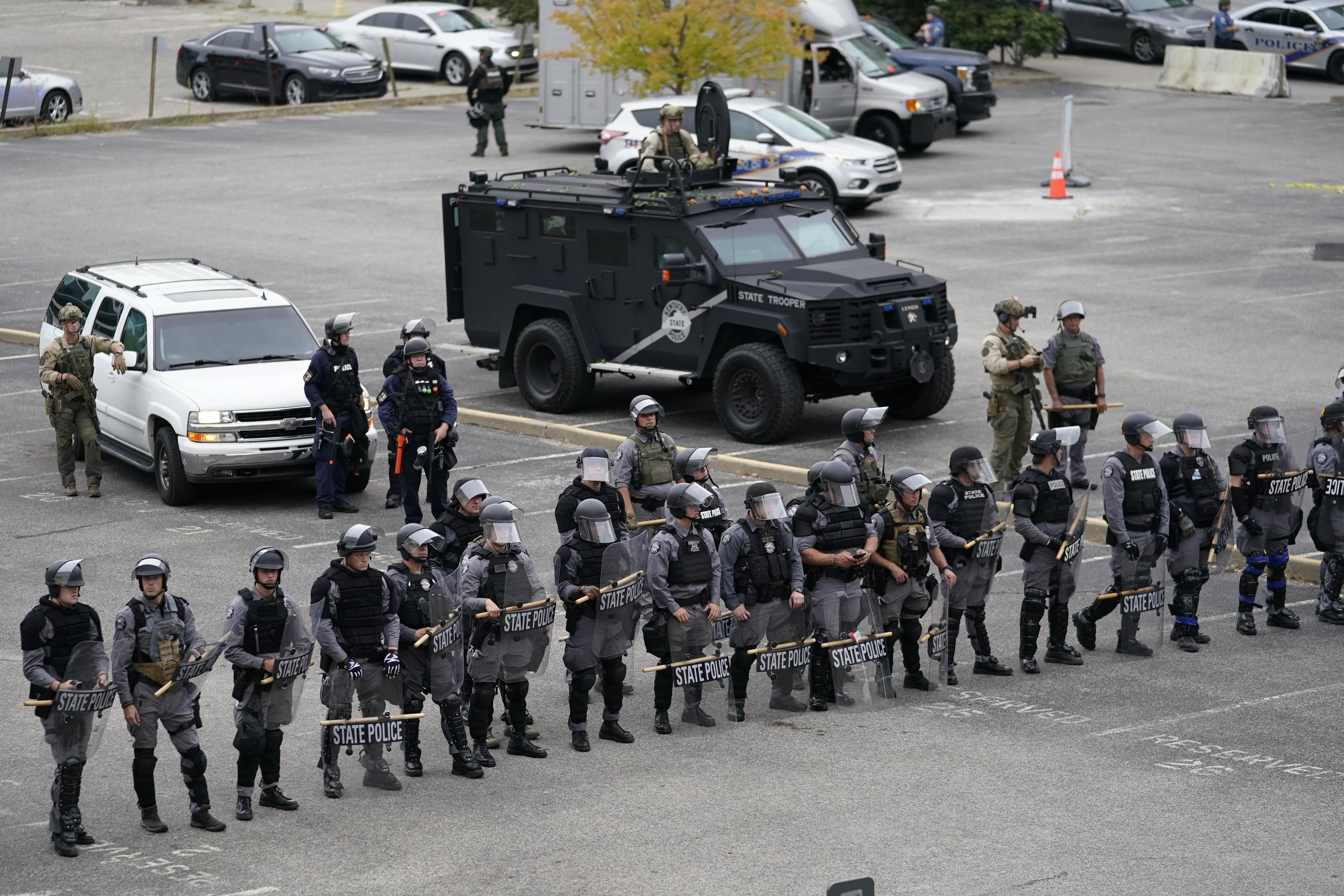 2 Police Officers Shot in Louisville as Breonna Taylor Protests Intensify thumbnail