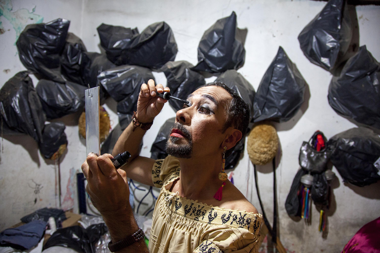 0bcd82e90 Isauro se maquilla un par de horas antes para salir a bailar con la  pandilla de la tía They.