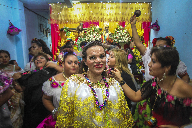 338a04e42 La pandilla entra a diferentes casas con altares a bailar y repartir  bendiciones.
