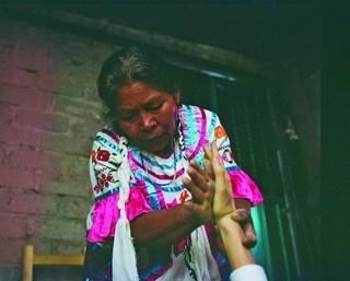 La chamane enduit les mains de Morris de tabac vert afin de le guérir durant son expérience.