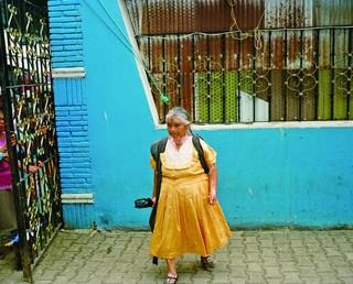 Une femme marche dans les rues de la ville d'Huautla de Jiménez, dans l'État d'Oaxaca.