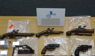 Waffen, die bei einer Razzia gegen Migrantenschreck-Kunden beschlagnahmt wurden