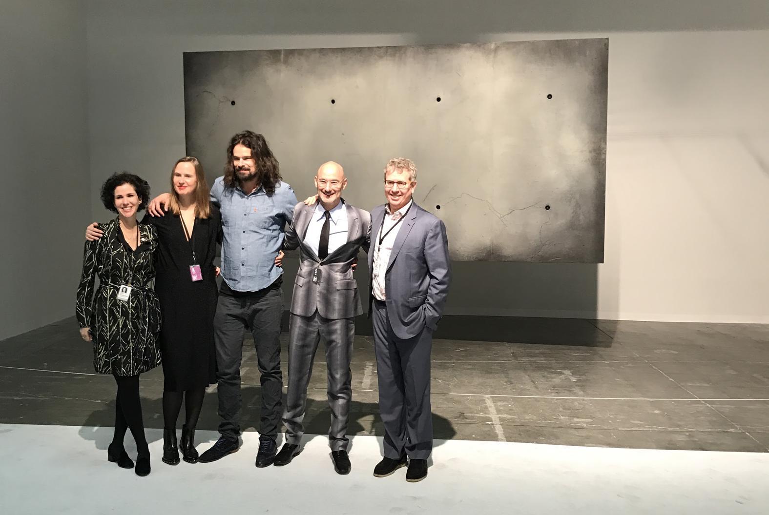 Vertegenwoordigers van de Pace Gallery poseren met Ralph Nauta en Lonneke Gordijn van Studio Drift, Armory Show directeur Benjamin Genocchio en Platform curator Eric Shiner