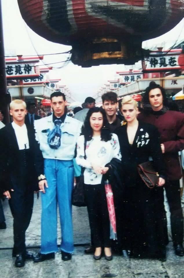 En Tokyo en 1991 con una fan. Lurdes me cuenta que allí no eran conocidos pero le pedían autógrafos porque la confundían con Madonna