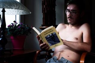 Este artista se rajó el vientre representando su propio nacimiento y lactancia