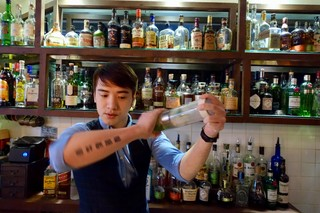 This Hong Kong Bar Owner Learned How To Make Cocktails On Wikipedia