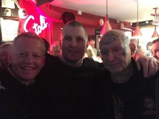 De gauche à droite : Bubber, une personnalité de la télé très connue des enfants, Peter Grønlund et Lonne à la soirée de publication du livre Born Free. La soirée s'est tenue au Freddys Bar, un des rares bars de Vesterbro qui date de l'ancienne époque plus sombre.