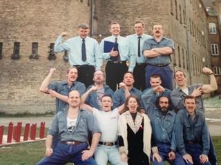 Lonne (en haut à gauche), avec l'actrice Anne Marie Helger et le reste de l'atelier de théâtre à la prison de Vridsløselille. A côté de Lonne, on trouve deux membres du Blekingegade Gang. Lonne et les autres hommes en cravate jouaient le rôle des gardiens de prison, tandis que les autres jouaient les détenus. Au Danemark, cependant, les prisonniers sont autorisés à porter leurs propres vêtements, donc, sur cette photo, ils sont tous déguisés.