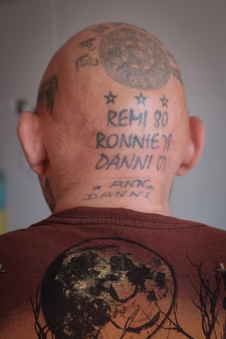 Lonne a les noms de ses trois fils tatoués à l'arrière du crâne.