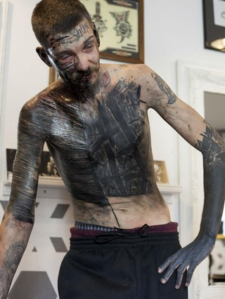 dites bonjour au collectif de tatoueurs qui préfère la souffrance à