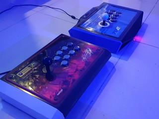 La plupart de joueurs professionnels de Versus Fighting utilisent des contrôleurs comme ceux-là.