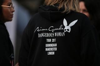 Una fan de Ariana Grande a las afueras del estadio tras el atentado
