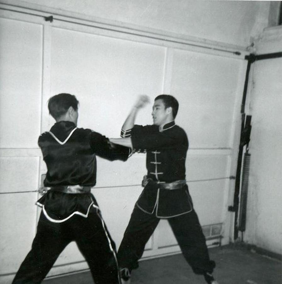 Bruce lee e l 39 arte dello street fighting scientifico vice for 2 pacchetti di garage di storia
