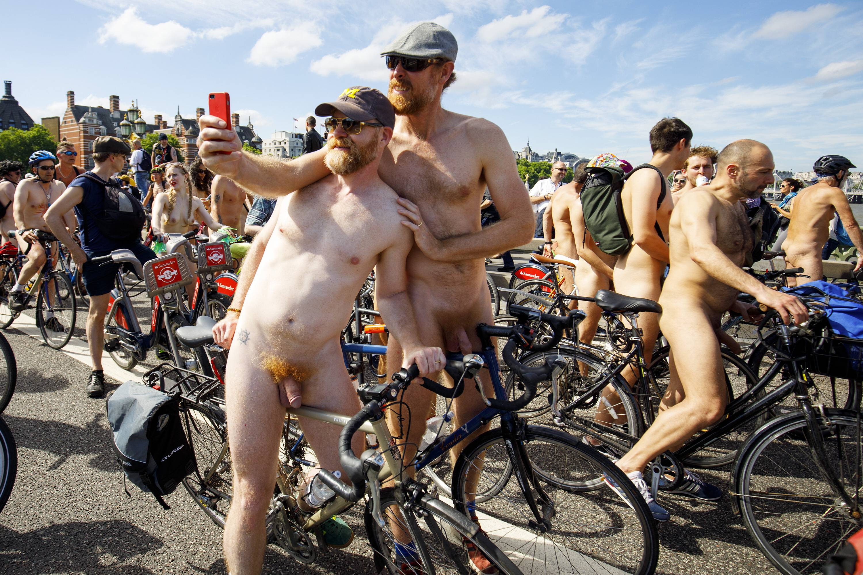 Zwei nackte Frauen teilen sich den Menschen