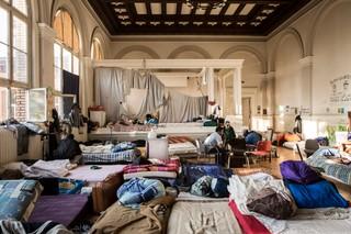 In der Aula der Gerhart-Hauptmann-Schule in Berlin lebten vor der Räumung über 70 Menschen, dicht an dicht. Zumeist haben die Neuankömmlinge hier einen Schlafplatz bekommen und versucht sich mit der Zeit auf die Zimmer zu verteilen. Foto: Florian Büttner