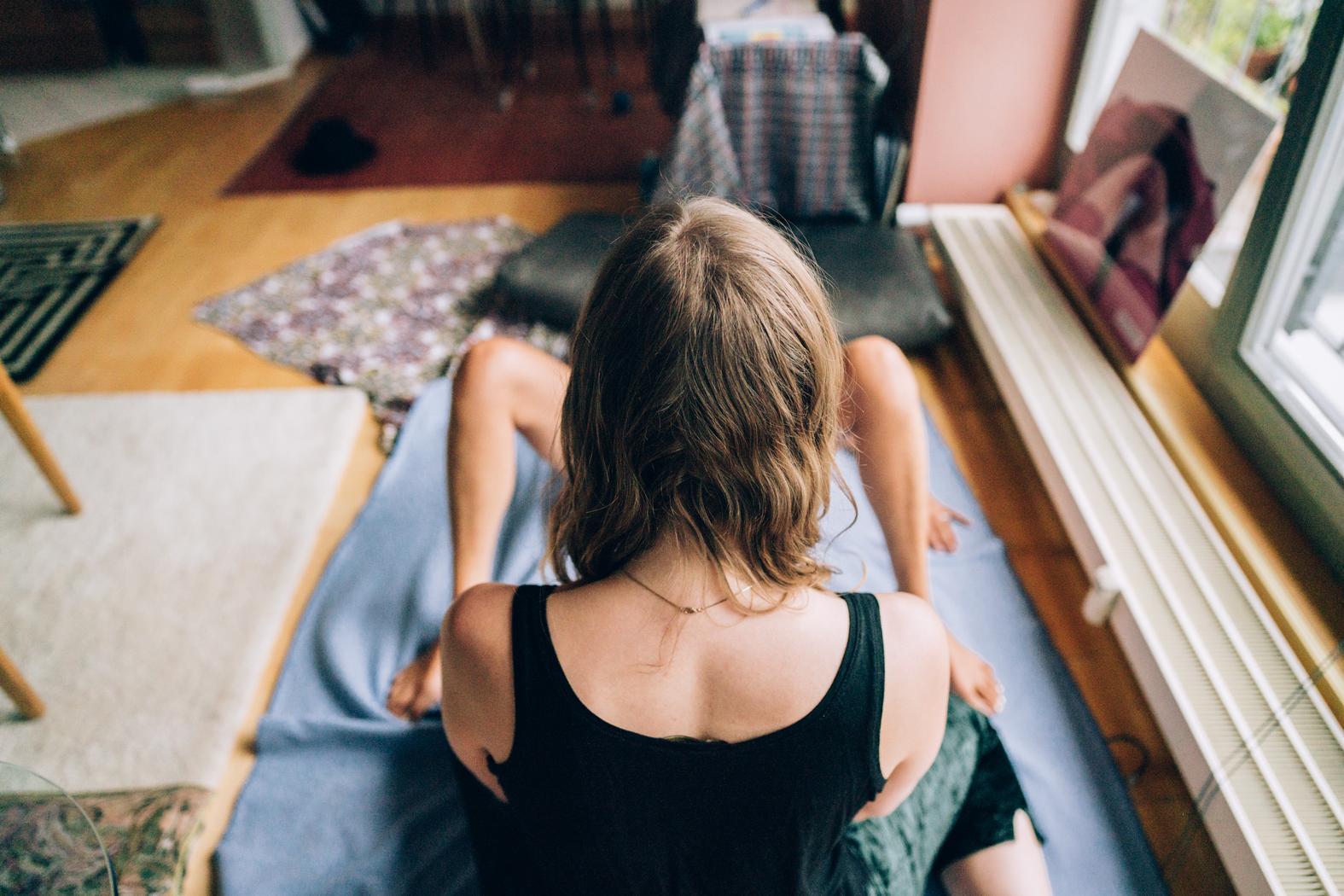 Stramme bukser og en fræk stram T-shirt, som fremhæver dine dejlige bløde bryster.