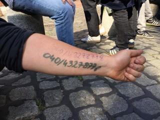 Hope hat sich die Nummer des Ermittlungsauschusses der roten Hilfe auf den Arm geschrieben, falls sie verhaftet wird