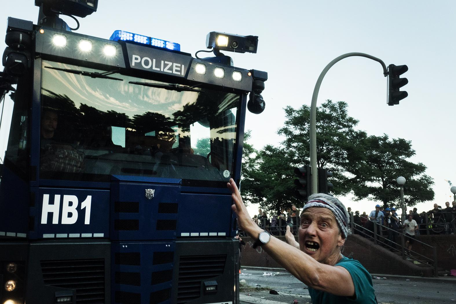 welcome to hell photos of last night 39 s g20 protests vice. Black Bedroom Furniture Sets. Home Design Ideas