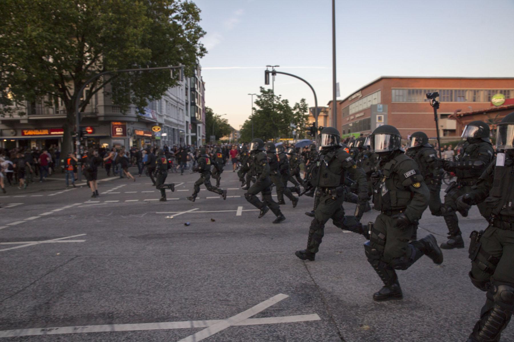 Hamburgo durante la cumbre del G20 barricadas fuego violencia policial saqueos