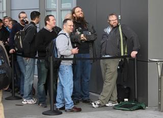 Jay Freeman, segundo da direita para a esquerda, na fila de um evento da Apple em 2010. Crédito: Ben Miller/Flickr