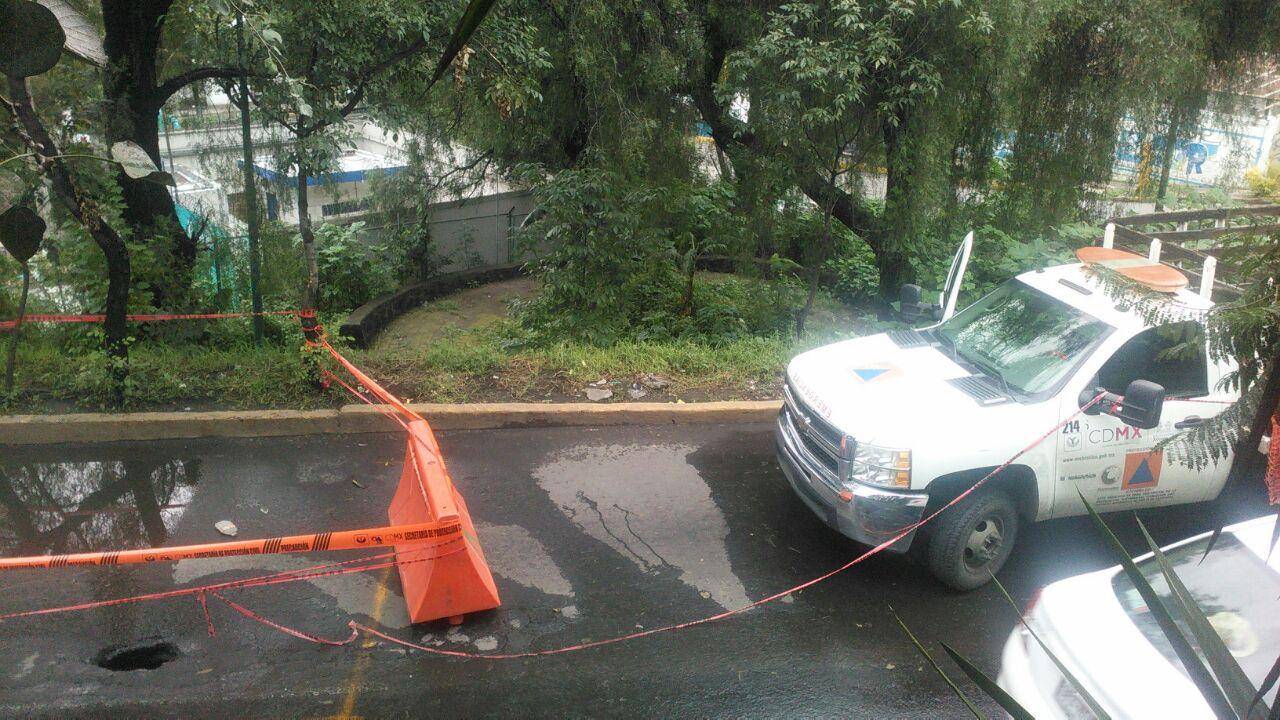 Aunque es un socavón con poco diámetro, la profundidad alcanzó los 5 metros. Imagen vía vecinos de Xochimilco/VICE News.