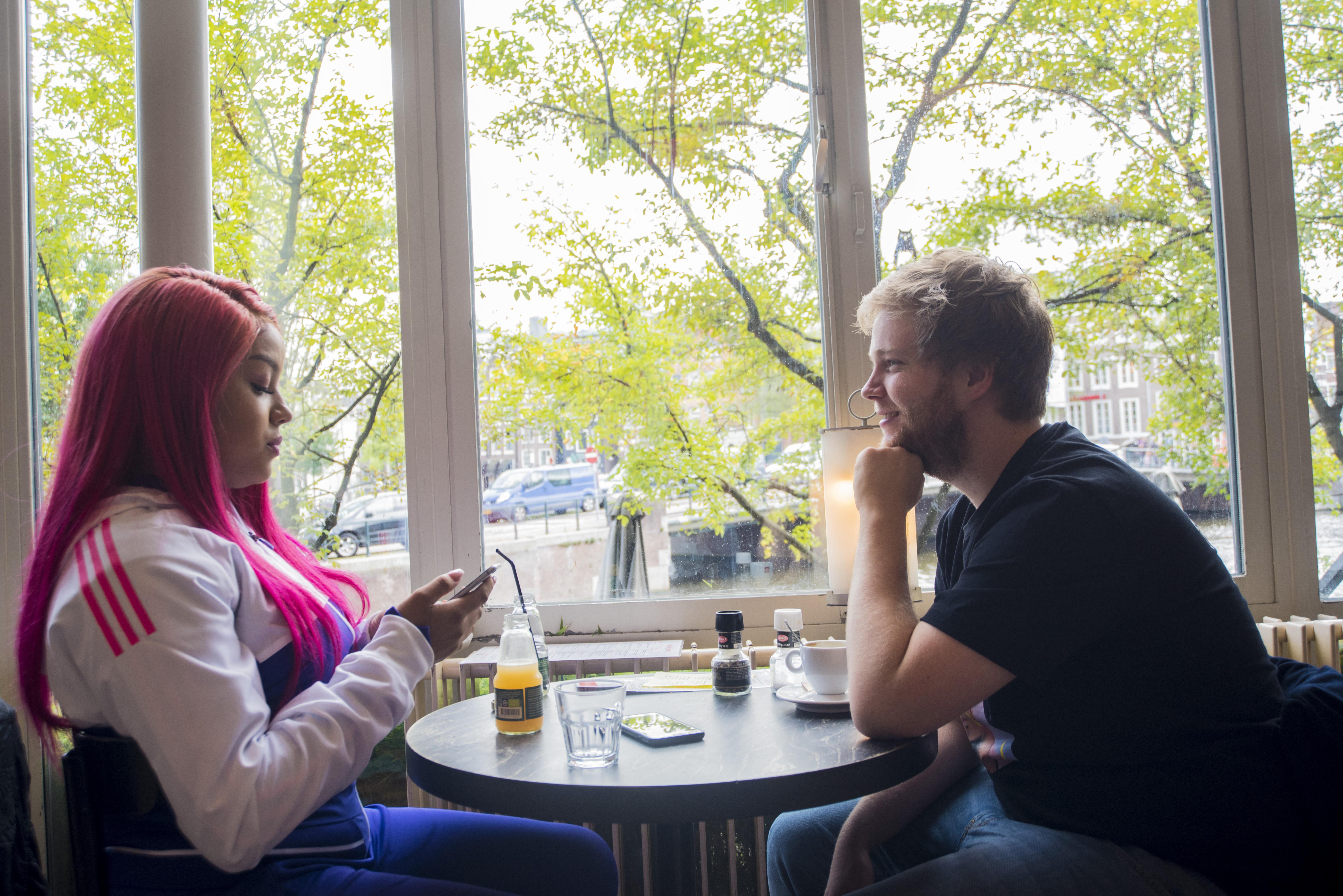 Outdoor jongens dating Dating Emirates Cabin Crew