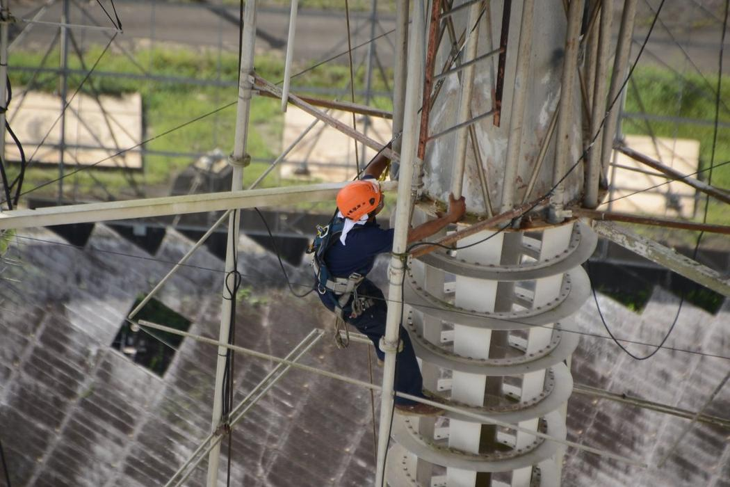 Personal preparando el observatorio de Arecibo para el Huracán Maria. Imagen: Arecibo Observatory