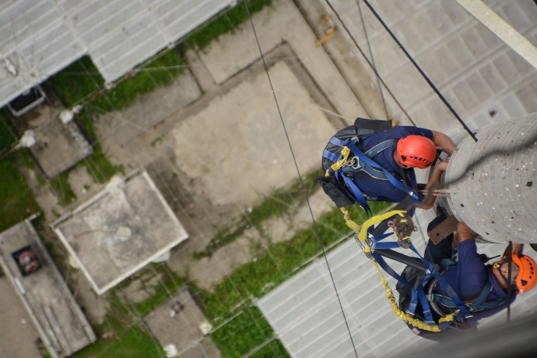 Personal preparando el Observatorio de Arecibo para el Huricán Maria. Imagen: Arecibo Observatory.