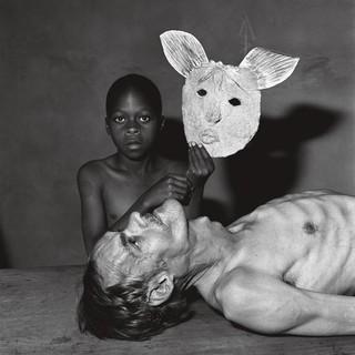 Roger Ballen tommy samson y una máscara