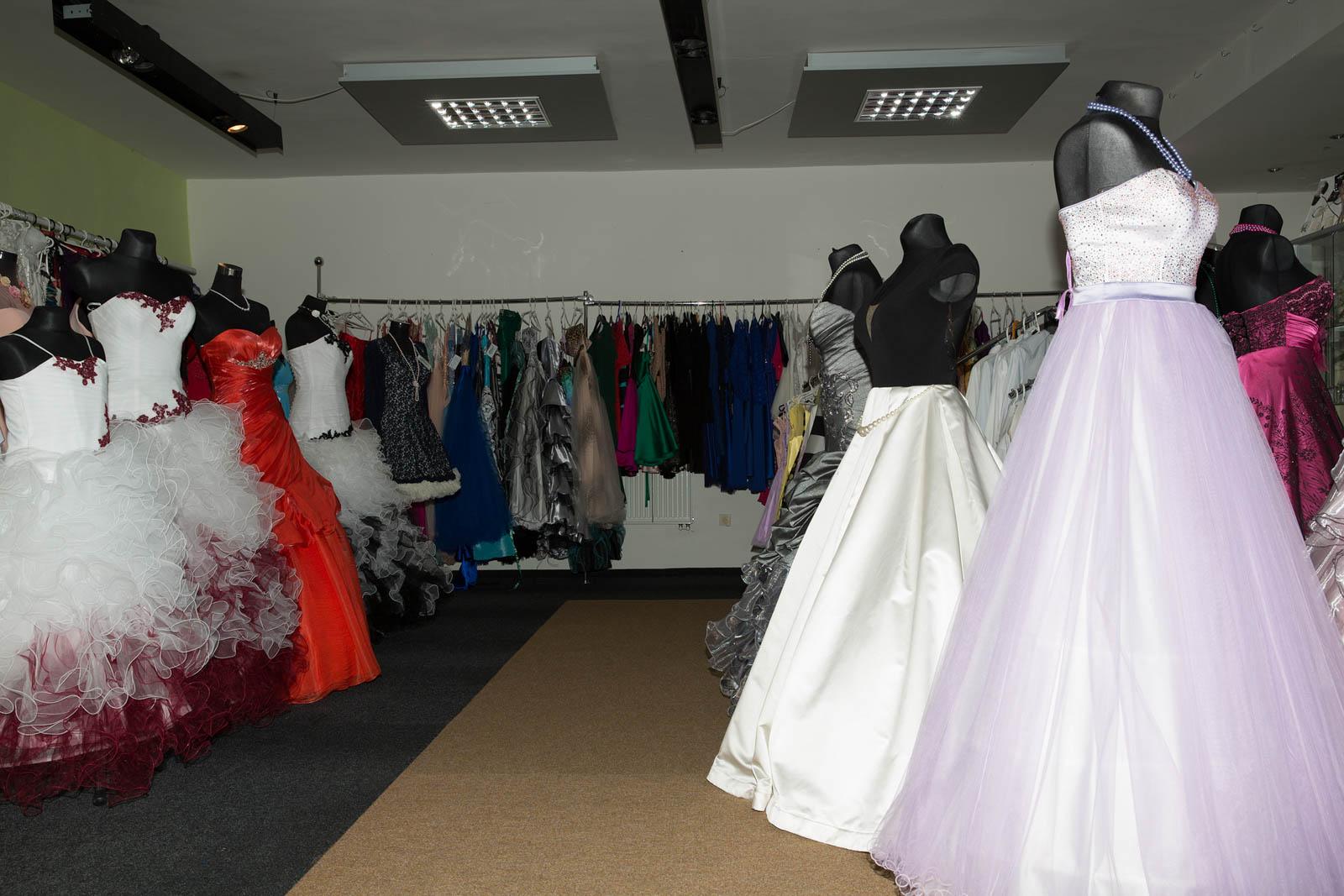 39ed8318f5d4 Vyzkoušela jsem si pár společenských šatů v módním saloně na Kladně ...