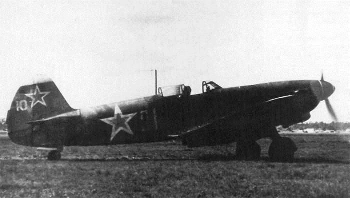 Совјетски авион Јак 9 - видљиве су велике ознаке црвених звезди на трупу и репу летелице. Фото: скен из совјетске ратне штампе 1944. www.waralbum.ru