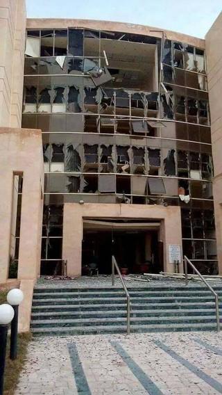 Fasada glavnog univerzitetskog objekta posle nedavnog bombaškog napada na obližnju vojnu ispostavu.