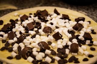 Pizzaen med oreo, skumfiduser og chokoladeknapper.