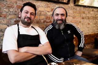 Yalcin Demirkiran og Ibrahim Kaya sidder på Stefanos Pizzabar.