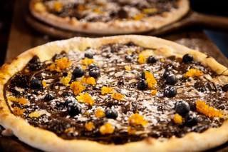 Dessertpizzaen med blåbær og karamelliseret appelsinskal.