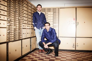 Hans Kristian og Milton i den gamle bankboks under deres kafferisteri.