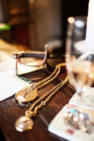 En sabel, to medaljer og et glas med bobler.
