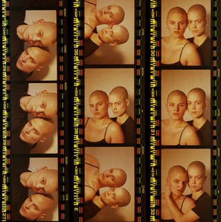 Foto af scanninger af analoge fotos af Caroline og Anne Sofie. Begge kvinder er skaldede, og de står tæt.