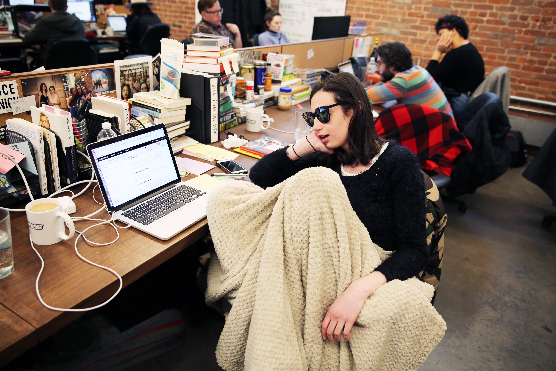 728444a52 5- في مكتبك مع استخدام النظارات الشمسية