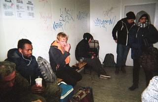 Obdachlose warten in der Notunterkunft auf einen Schlafplatz