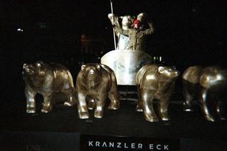 Ein Freund von Mateo posiert stolz hinter einer Quadriga mit vier Berliner Bären aus Bronze