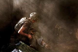 Ein Medic behandelt einen US-Soldaten, der in Afghanistan von Taliban verwundet wurde