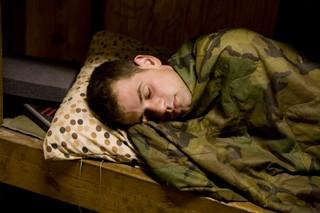 Ein US-Soldat schläft zugedeckt im Korengal Tal in Afghanistan