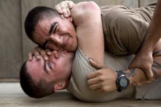 Ein US-Soldat küsst einen anderen beim Raufen im Korengal Tal, Afghanistan