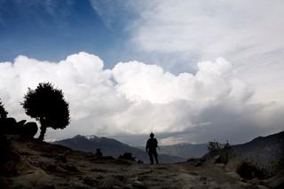 Ein Soldat auf Patrouille im Korengal Tal in Afghanistan