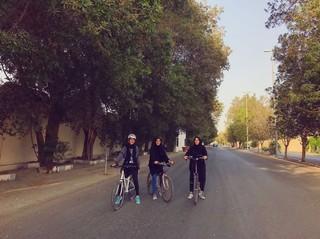 Drei Frauen fahren Fahrrad in Saudi-Arabien