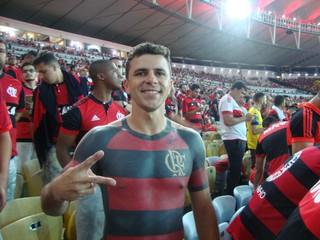 Fan Maurício mit tätowiertem Oberkörper bei einem Flamengo-Spiel