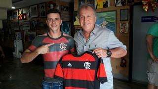 Maurício mit Trikot-Tattoo, dem Flamengo-Trikot und der brasilianischen Fußballlegende Zico