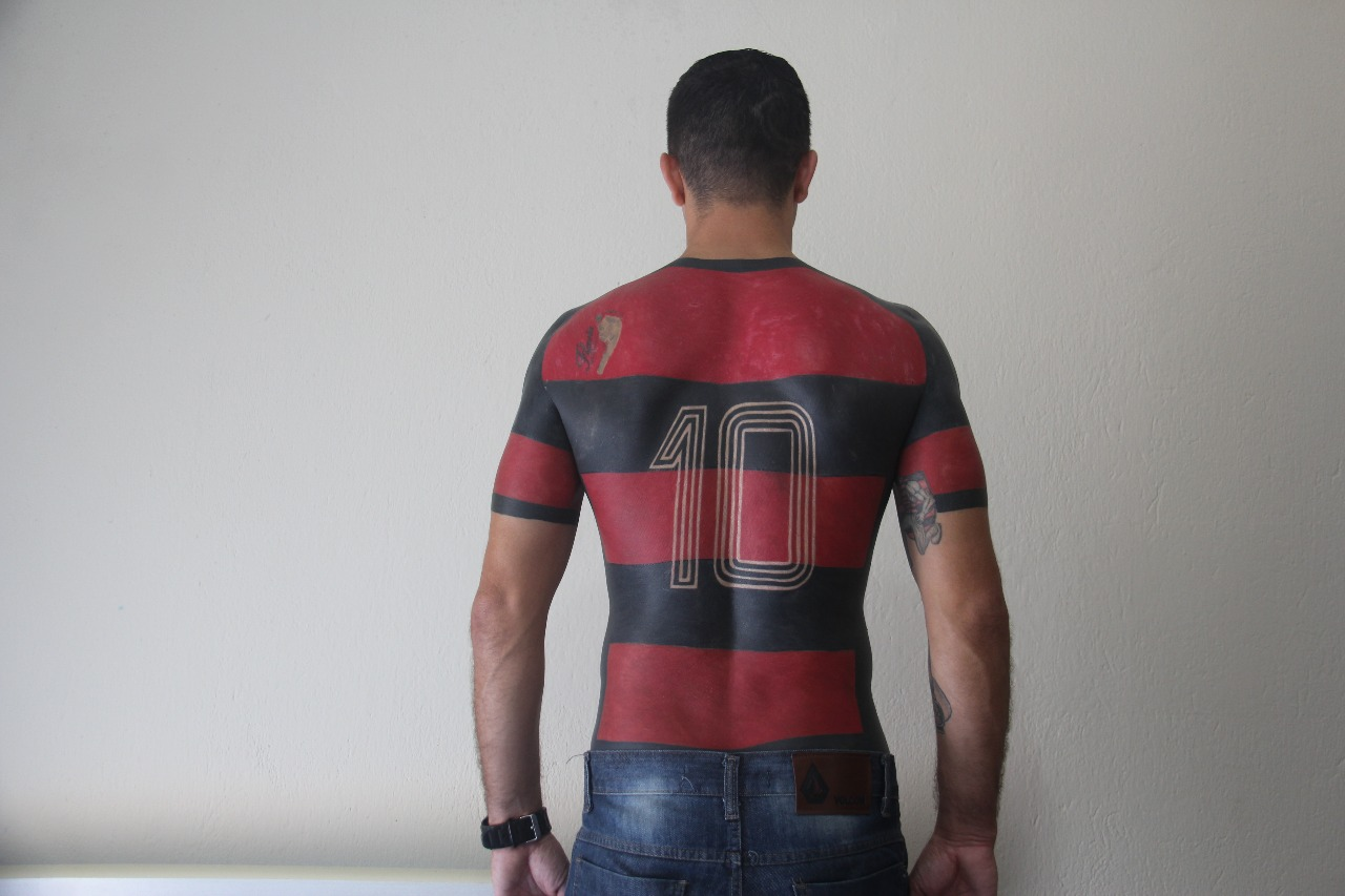 63dc9e7eb78 Este tipo se ha tatuado una camiseta de fútbol entera en el torso - VICE