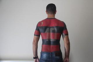Maurício dos Anjos' tätowierter Rücken, das Fußballtrikot mit der Nummer 10